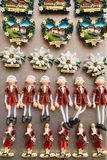 Magneti austriaci del ricordo di viaggio da vendere in un negozio di regalo Fotografia Stock