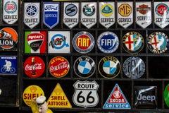 Magneti del ricordo con il logos delle marche, delle compagnie petrolifere e dei produttori automobilistici famosi della bevanda Fotografia Stock Libera da Diritti