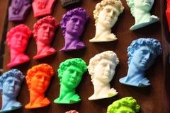 Magneti del ricordo per i viaggi a Firenze molte teste del David in una fila, colorate con i colori luminosi e brillanti fotografia stock libera da diritti