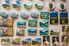 Magneti del ricordo visualizzati per la vendita in un negozio di ricordo, cattivo Isch Immagini Stock