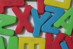 Magneti della lettera su un frigorifero immagine stock