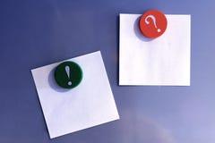 Magneti e note di post-it in bianco Immagini Stock Libere da Diritti
