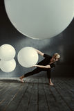 Magnetischer junger Tänzer, der im verzierten Studio durchführt stockfotografie