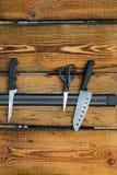 Magnetischer Messerhalter auf einer hölzernen Wand stockfotografie