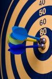 Magnetischer Pfeilvorstand mit Pfeilen Lizenzfreies Stockfoto