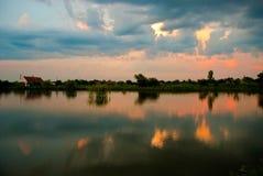 Magnetischer Sonnenuntergang im kleinen Dorfsee lizenzfreie stockfotos