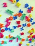 Magnetiserade bokstäver och nummer på kylskåpet Royaltyfri Fotografi