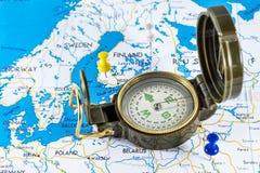 Magnetisk kompass på en världskarta som är begreppsmässig av global lopp, turism och utforskning arkivbilder