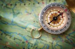 Magnetisk kompass på världskarta Lopp geografi, navigering, tou royaltyfria foton