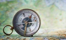 Magnetisk kompass på världskarta Lopp geografi, navigering, tou arkivbild