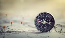 Magnetisk kompass på världskarta Lopp geografi, navigering, tou royaltyfri fotografi