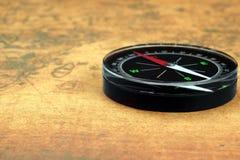 Magnetisk kompass på den gamla översikten Arkivbilder