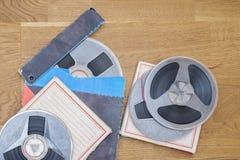 Magnetiska ljudsignala rullar för tappning på grungeträgolvet royaltyfri fotografi