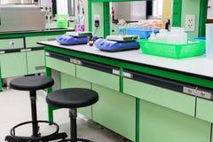 Magnetiskt blandar- och kemiexperiment i laboratorium Arkivbild