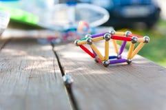 Magnetiskt leksakslut upp på den skrapade trätabellen Royaltyfri Fotografi