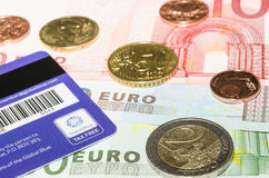 Magnetstreifenkarte von der globalen blauen Firma auf Europäer curren Lizenzfreie Stockfotos