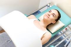 Magnettherapie Rehabilitation mit Magnetfeld stockbilder