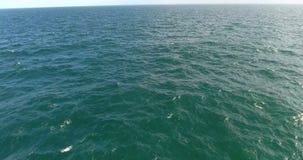 Magnifecent hav Det obegränsade havet som skjutas med helikopter, det härliga havet, vinkar att plaska 4K arkivfilmer