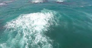 Magnifecentoceaan Onbeperkte die oceaan met helikopter, het Mooie overzeese golven bespatten wordt geschoten 4K stock videobeelden