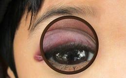 Magnificar un ojo morado imagen de archivo libre de regalías