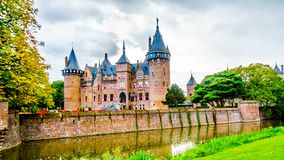 Magnificent Castle DE Haar omringde door een Gracht en Mooie Tuinen Een de 14de eeuwkasteel en hersteld in recent - Th-19 eeuw stock fotografie