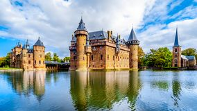 Magnificent Castle DE Haar omringde door een Gracht, een verbouwing van het de 14de eeuwkasteel volledig in recent - Th-19 eeuw stock foto's