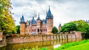 Magnificent Castle De Haar umgeben durch einen Burggraben und schönen Gärten Ein Schloss des 14. Jahrhunderts und wieder hergeste stockfotografie