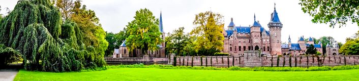 Magnificent Castle De Haar umgeben durch einen Burggraben und schönen Gärten Ein Schloss des 14. Jahrhunderts und wieder hergeste stockfotos