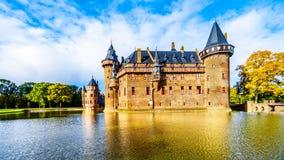 Magnificent Castle De Haar vollständig umgeben durch einen Burggraben, ein Wiederaufbauen des Schlosses des 14. Jahrhunderts im E stockfoto