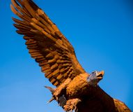 Magnificienten skalliga Eagle som en metallskulptur Royaltyfri Bild