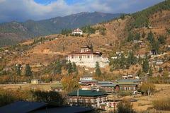 Magnifient Paro Dzong em Butão montanhoso imagem de stock