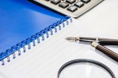 Magnifier, μάνδρα, υπολογιστής και σημειωματάριο σε ένα άσπρο υπόβαθρο στοκ εικόνες