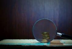 Magnifier και χρυσά νομίσματα Στοκ φωτογραφίες με δικαίωμα ελεύθερης χρήσης