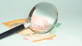 Magnifier με τα τραπεζογραμμάτια της Μαλαισίας το καλώδιο επιλέγει την έννοια πολλή φωτογραφία κατάλληλη επίσης usb Στοκ Φωτογραφίες