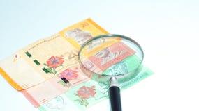Magnifier με τα τραπεζογραμμάτια της Μαλαισίας το καλώδιο επιλέγει την έννοια πολλή φωτογραφία κατάλληλη επίσης usb Στοκ φωτογραφία με δικαίωμα ελεύθερης χρήσης