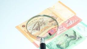 Magnifier με τα τραπεζογραμμάτια της Μαλαισίας το καλώδιο επιλέγει την έννοια πολλή φωτογραφία κατάλληλη επίσης usb Στοκ εικόνες με δικαίωμα ελεύθερης χρήσης