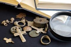 Magnifier, dawność, monety i ogłoszenie towarzyskie rzeczy od groszaka xix wiek, fotografia royalty free