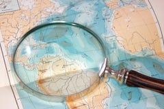 Magnifier en kaart Stock Foto's