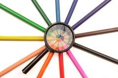 Magnifier en kleurpotloden Stock Afbeeldingen