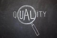 Magnifier en 'Kwaliteits' woord Stock Foto's