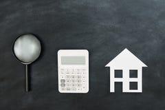 Magnifier i kalkulator z papieru domu modelem Obraz Royalty Free