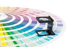 Magnifier i pantone przewdonik Obrazy Stock