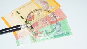 Magnifier met de bankbiljetten van Maleisië De foto van het concept Royalty-vrije Stock Afbeeldingen