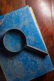 Magnifier op antiek boek Stock Afbeelding