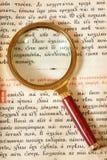 Magnifier op pagina van oud boek Stock Fotografie