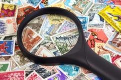 Magnifier op zegels wordt gesteld die stock afbeelding
