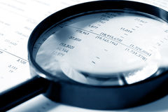 Magnifier sobre figuras Imagens de Stock Royalty Free