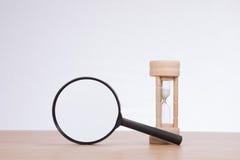 Magnifier z sandglass stoi na biurku zdjęcie royalty free