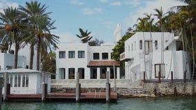 Magnifincentherenhuizen en privé dokken op het stereiland, zonnig eilandenstrand, Miami stock videobeelden