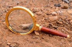 Magnifique el vidrio abandonado en el desierto Foto de archivo libre de regalías